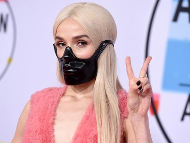 Penyanyi muda, Poppy menghadiri ajang penghargaan American Music Awards 2018 di Microsoft Theater, Los Angeles, Selasa (9/10). Ada yang unik dari penampilan pemilik tembang Bubblebath tersebut. (Photo by Jordan Strauss/Invision/AP)