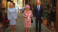 Presiden AS Joe Biden (kanan) dan Ibu Negara AS Jill Biden (kiri) berfoto dengan Ratu Inggris Elizabeth II (tengah) di Grand Corridor di Windsor Castle di Windsor, barat London, pada 13 Juni 2021. (STEVE PARSONS / POOL / AFP)