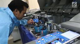 Karyawan mengamati proses pencetakan e-Money edisi Asian Para Games 2018 di unit produksi kartu, Jakarta, Rabu (3/10). Bank Mandiri menerbitkan e-money bergambar maskot Asian Para Games (APG). (Liputan6.com/Angga Yuniar)