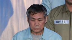 Pastor Korea Selatan Lee Jaerock tiba di Pengadilan Distrik Pusat Seoul untuk menghadiri persidangannya di Seoul (22/11).  Beberapa pengikutnya percaya bahwa Lee Jaerock adalah Tuhan. Lee ditangkap bulan Mei. (AFP Photo/Jung Yeon-je)