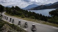 Pemandangan danau dan perbukitan yang dilintasi pebalap Tour de France pada etape ke-19 dengan jarak tempuh 222,5 km dari Embrun menuju Salon-de-Provence, Prancis, (21/7/2017). (AFP/Jeff Pachoud)