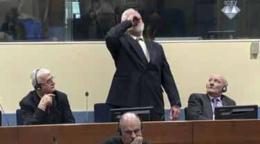 Gambar dari video memperlihatkan mantan Jenderal perang Kroasia Bosnia, Slobodan Praljak meminum racun pada persidangan yang dipimpin hakim PBB di Den Haag, Rabu (29/11). Praljak bunuh diri dengan minum racun setelah upaya bandingnya ditolak (ICTY via AP)