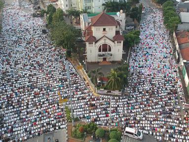 Ribuan umat muslim melaksanakan Salat Idul Fitri 1439 H di kawasan Jatinegara, Jakarta, Jumat (15/6). Seluruh masyarakat di Indonesia serentak merayakan Hari Raya Idul Fitri 1439 H sesuai ketetapan pemerintah Jumat (15/6). (Liputan6.com/Arya Manggala)