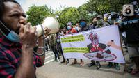 Massa Ikatan Mahasiswa Papua berorasi saat menggelar unjuk rasa di depan Kementerian Dalam Negeri, Jakarta, Rabu (24/2/2021). Dalam aksinya mereka mengutuk tindakan elite politik Papua yang mengatasnamakan rakyat Papua untuk mendukung Otonomi Khusus (Otsus). (Liputan6.com/Faizal Fanani)