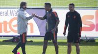 Pelatih Juventus Andrea Pirlo (kiri), bek Alex Sandro (tengah) dan penyerang Juventus Cristiano Ronaldo (kanan) menghadiri sesi latihan di pusat pelatihan Juventus di Turin (8/3/2021). (AFP/MARCO BERTORELLO)