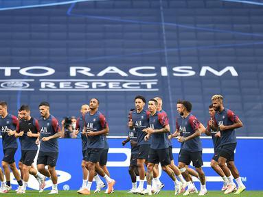Pemain Paris Saint-Germain (PSG) menjalani sesi latihan jelang menghadapi Atalanta pada babak perempat final Liga Champions 2019/2020 di Estadio Da Luz, Kamis (12/8/2020). PSG akan melawan Atalanta untuk menentukan siapa yang lolos ke semi final. (AFP/David Ramos/various sources)