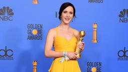 "Rachel Brosnahan tersenyum saat berpose dengan penghargaan Aktris Terbaik dalam Serial televisi, Komedi atau Musikal untuk serial ""The Marvelous Mrs. Maisel"" selama 76th Golden Globe Awards di Beverly Hills, California (7/1). (AP Photo/Jordan Strauss)"