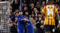 Penyerang Chelsea Olivier Giroud merayakan golnya bersama rekan setimnya, Pedro usai membobol gawang Hull City dalam pertandingan Piala FA Inggris di stadion Stamford Bridge di London (16/2). (AP Photo / Alastair Grant)