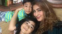 Istri Tommy Kurniawan, Tania Nadira, melepas hijab.