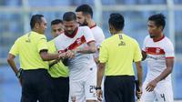 Bek Borneo FC, Diego Michiels melihat jam milik wasit Asep Yandis usai berakhirnya pertandingan melawan PSM Makassar dalam laga matchday ke-3 Grup B Piala Menpora 2021 di Stadion Kanjuruhan, Malang, Rabu (31/3/2021). Borneo FC bermain imbang 2-2 dengan PSM. (Bola.com/M Iqbal Ichsan)