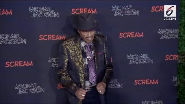 Ayah Michael Jackson meninggal dunia karena penyakit kanker pada 27 Juni 2018. Pemakamannya berlangsung tertutup di Forest Lawn Memorial Park, Glendale.