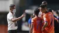 Pelatih Persiraja Banda Aceh, Hendri Susilo, memberikan arahan kepada anak asuhnya saat melawan Persib Bandung pada laga Piala Menpora 2021 di Stadion Maguwoharjo, Jumat, (2/4/2021).  (Bola.com/M Iqbal Ichsan)