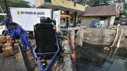 Petugas dari Dinas Sumber Daya Air menggunakan mesin saat penyedotan Kali Item, Jakarta, Kamis (2/8). Penyedotan dilakukan yang jaraknya sekitar 2,6 kilometer dari Wisma Atlet ini bertujuan mengurangi debit air dan bau. (Merdeka.com/Iqbal S. Nugroho)