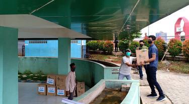 Para karyawan Tangcity Superblock membuat paket sembako, hand sanitizer dan masker, untuk dibagikan kepada 11 yayasan yatim dan dhuafa.