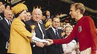 Ratu Elizabeth II saat menyerahkan trofi Piala Dunia 1966 ke pemenang, timnas sepak bola Inggris (file / FA)