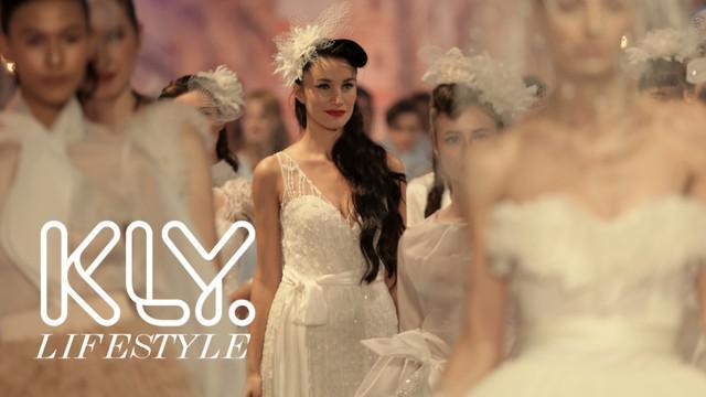 Menampilkan 53 gaun, Fetty Rusli menghadirkan cocktail dress, wedding gown, dan evening gown dengan perpaduan nuansa street fashion dan tahun 50-an.