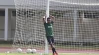 Pemain Timnas Indonesia U-23, Todd Rivaldo, tampak santai saat latihan di Stadion Madya, Jakarta, Rabu (13/3). Latihan ini merupakan persiapan jelang Kualifikasi Piala AFC U-23. (Bola.com/Vitalis Yogi Trisna)