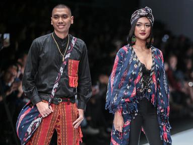 Musisi Rayi RAN dan Marion Jola mengenakan busana rancangan Anne Avantie yang bertajuk Badai Pasti Berlalu pada perhelatan Jakarta Fashion Week 2019 di Senayan City, Selasa (23/10). (Liputan6.com/Faizal Fanani)