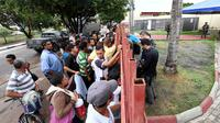 Para pengungsi Venezuela berdiri menunggu gerbang kantor perwakilan UNHCR di kota Boa Vista, negara bagian Roraima, Brasil (AFP/Evaristo Sa)