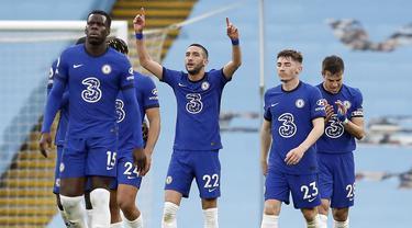 Gelandang Chelsea, Hakim Ziyech (tengah) melakukan selebrasi usai mencetak gol pertama timnya ke gawang Manchester City dalam laga lanjutan Liga Inggris 2020/2021 pekan ke-35 di Etihad Stadium, Manchester, Sabtu (8/5/2021). Chelsea menang 2-1 atas Manchester City. (AP/Martin Rickett/Pool)