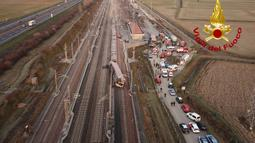 Gambar yang disediakan oleh Kepolisian Negara Italia ini menunjukkan bagian dari kereta berkecepatan tinggi yang tergelincir, dekat Lodi, Italia utara, Kamis (6/2/2020). Kereta Milan-Salerno tersebut sedang dalam perjalanan menuju Bologna ketika keluar dari rel. (AP/Italian Police HO)