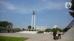 Warga mendampingi anaknya bermain sepeda di Lapangan Banteng, Jakarta, Sabtu (23/10/2021). Pemerintah Provinsi DKI Jakarta akan membuka 59 ruang terbuka hijau (RTH). (Liputan6.com/Faizal Fanani)