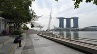 Seorang wanita duduk di Marina Bay di Singapura pada 6 Maret 2020. Tempat-tempat wisata utama di Singapura sepi dari turis di tengah epidemi virus corona COVID-19. (Xinhua/Then Chih Wey)