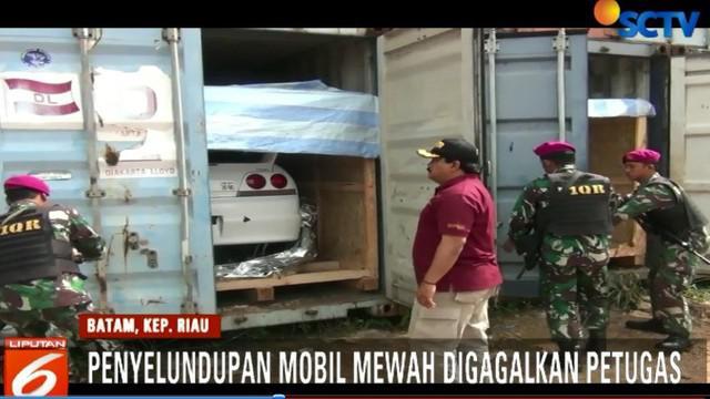 Barang bukti berupa tiga unit konteiner berisi tiga unit mobil mewah tanpa surat diamankan petugas.