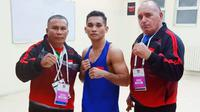 Aldom Suguro (tengah) lolos ke perempat final Kejuaraan Tinju Kualifikasi Olimpiade Zona Asia-Oceania. (Bola.com/Istimewa)