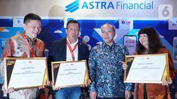 Direktur PT Astra International Tbk, Director in Charge Astra Financial Suparno Dasmin (kedua kanan) foto bersama dengan penerima penghargaan Marketeer of The Year Award 2019 di Jakarta, Rabu (4/12/2019). Grup Astra dianugerahi sebagai The Best Industry Marketing Champion 2019.(Liputan6.com/HO/Eko)