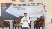 Redaktur Pelaksana Liputan6.com, Harun Mahbub Billah mengisi workshop Jurnalistik yang digelar STAI Muhammadiyah Blora, '2 Jam Bisa Jadi Wartawan'. (Foto: Liputan6.com/Ahmad Adirin)