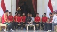 Presiden Jokowi menerima pemain Timnas U-22 Indonesia dan ofisial di beranda belakang Istana Merdeka, Jakarta, Kamis (28/2). Timnas U-22 turut didampingi Menpora Imam Nahrawi dan pelatih Timnas U-22 Indra Sjafrie. (Liputan6.com/Angga Yuniar)