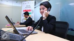 "Pekerja melayani customer di Pusat Informasi Go Public di BEI, Jakarta, Senin, (27/6). Pusat Informasi ""Go Public"" tersebut bertujuan mendorong penambahan jumlah perusahaan tercatat di pasar modal domestik. (Liputan6.com/Angga Yuniar)"
