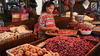 Pedagang tengah menata bawang di pasar di Jakarta, Jumat (20/4). Harga cabai dan bawang memasuki akhir pekan ini terpantau belum banyak berubah, cenderung mengalami penurunan. Pasokan yang cukup mendorong harga masih stabil. (Liputan6.com/Angga Yuniar)