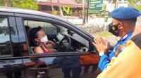 Petugas halau wisatawan yang hendak berkunjung ke Pantai Gunungkidul