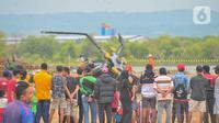 Sejumlah warga melihat helikopter MI-17 v 5 HA 5142 milik TNI Angkatan Darat (AD) yang terjatuh dan meledak di kawasan industri Kendal, Jawa Tengah, Sabtu (6/6/2020). Akibat insiden tersebut, empat penumpang meninggal dunia sementara lima lainnya luka-luka. (Liputan6.com/Gholib)