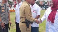Pistol Bupati Rokan Hulu Sukiman, menjadi perbincangan hangat usai fotonya diunggh ke media sosial. (RiauOnline)