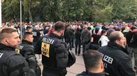 Polisi Jerman berjaga di lokasi demonstrasi terkait isu imigran di kota Köthen, Minggu 9 September 2018 (AFP)