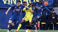 Gelandang Arsenal, Granit Xhaka dan Nicolas Pepe, mengapit gelandang Villarreal, SAmuel Chukwueze, dalam laga leg pertama semifinal Liga Europa di Estadio de la Ceramica, Villarreal, Jumat (30/4/2021). Villarreal menang 2-1 atas Arsenal dalam laga ini. (JOSE JORDAN / AFP)