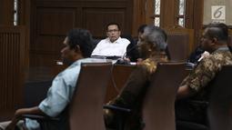 Terdakwa korupsi pengadaan dan pelaksanaan pembangunan kampus IPDN Sumbar di Kab Agam TA 2011, Dudy Jocom mendengarkan keterangan saksi dari JPU saat menjalani sidang lanjutan di Pengadilan Tipikor Jakarta, Rabu (10/10). (Liputan6.com/Herman Zakharia)