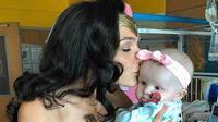 Gal Gadot mengunjungi rumah sakit anak menggunakan kostum tokoh Wonder Women yang diperankannya. (Sumber Foto: Instagram/encelebridadess)