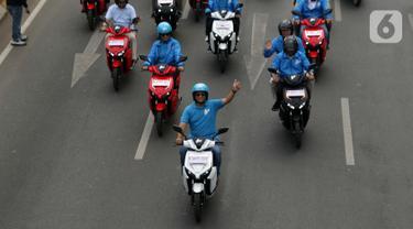 Gubernur DKI Jakarta Anies Baswedan (tengah) memimpin karnaval kendaraan listrik di Jalan Jenderal Sudirman, Jakarta, Minggu (27/10/2019). Karnaval kendaraan listrik ini bertajuk, Jakarta Langit Biru. (Liputan6.com/Helmi Fithriansyah)
