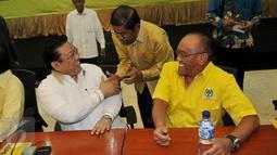Idrus Marham (tengah) bersalaman dengan Agung Laksono saat menghadiri Rapat Pengurus Harian Partai Golkar di DPP Partai Golkar, Jakarta, Kamis (4/2/2016). Rapat harian ini yang pertama dilakukan setelah setahun lebih PG terbelah.(Liputan6.com/Johan Tallo)