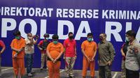 Kapolda Riau berbincang dengan salah satu tersangka pembakar mobil di Kabupaten Rokan Hulu. (Liputan6.com/M Syukur)