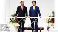 Presiden Jokowi berbincang dengan PM Jepang, Shinzo Abe di Istana Kepresidenan Bogor, Jawa Barat, Minggu (15/1). Pertemuan itu juga membahas berbagai bidang, salah satunya politik dan keamanan. (Liputan6.com/Panca Syurkani/Pool)