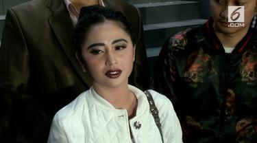 Dewi Perssik melaporkan Transjakarta ke Kepolisian terkait dugaan pelanggaran UU ITE dan pencemaran nama baik.