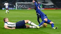 Bek Tottenham Hotspur, Eric Dier (kiri) melakukan tekel keras terhadap pemain Chelsea, Timo Werner (kanan) di kotak penalti pada laga lanjutan Liga Inggris 2020/2021, Jumat (05/02/2021) dini hari WIB. (CLIVE ROSE / POOL / AFP)