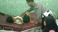 Salah satu siswa SDN Karangjong menjalani perawatan di RSUD Blora setelah ditabrak odong-odong saat masa pengenalan lingkungan sekolah kemarin. (Foto: Liputan6.com / SATLANTAS POLRES BLORA FOR RADAR KUDUS)