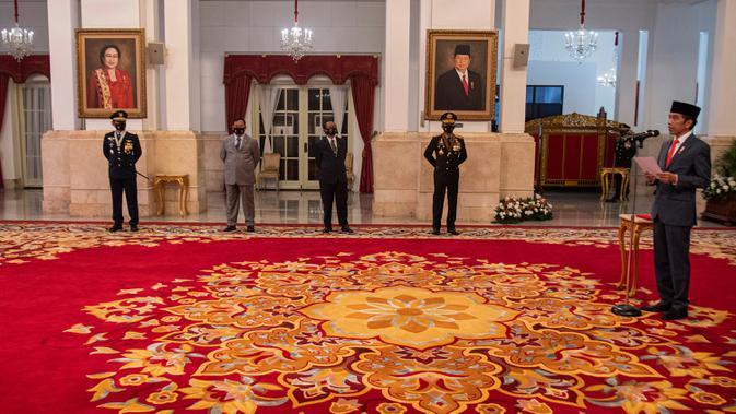 Presiden Joko Widodo (kanan) selaku inspektur upacara memberikan pengarahan dalam Peringatan Ke-74 Hari Bhayangkara Tahun 2020 di Istana Negara, Jakarta, Rabu (1/7/2020). (ANTARA FOTO/Sigid Kurniawan/POOL)