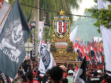 Kemeriahan parade budaya yang diadakan oleh Bali United di sepanjang Jalan By Pass Dharma Giri menuju Stadion Kapten I Wayan Dipta, Bali, Senin (23/12). Parade budaya diadakan untuk merayakan gelar juara Bali United. (Bola.com/Aditya Wany)